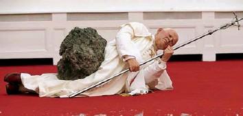 """""""La nona ora"""" Giovanni Paolo II colpito da meteoritesecondo Cattelan"""
